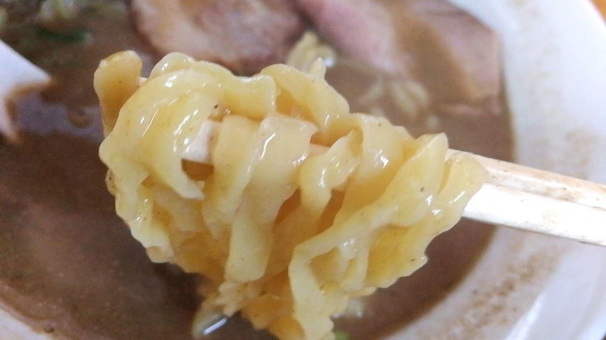 とのさきの煮干し中華そば特上の麺リフト。太麺を選択。