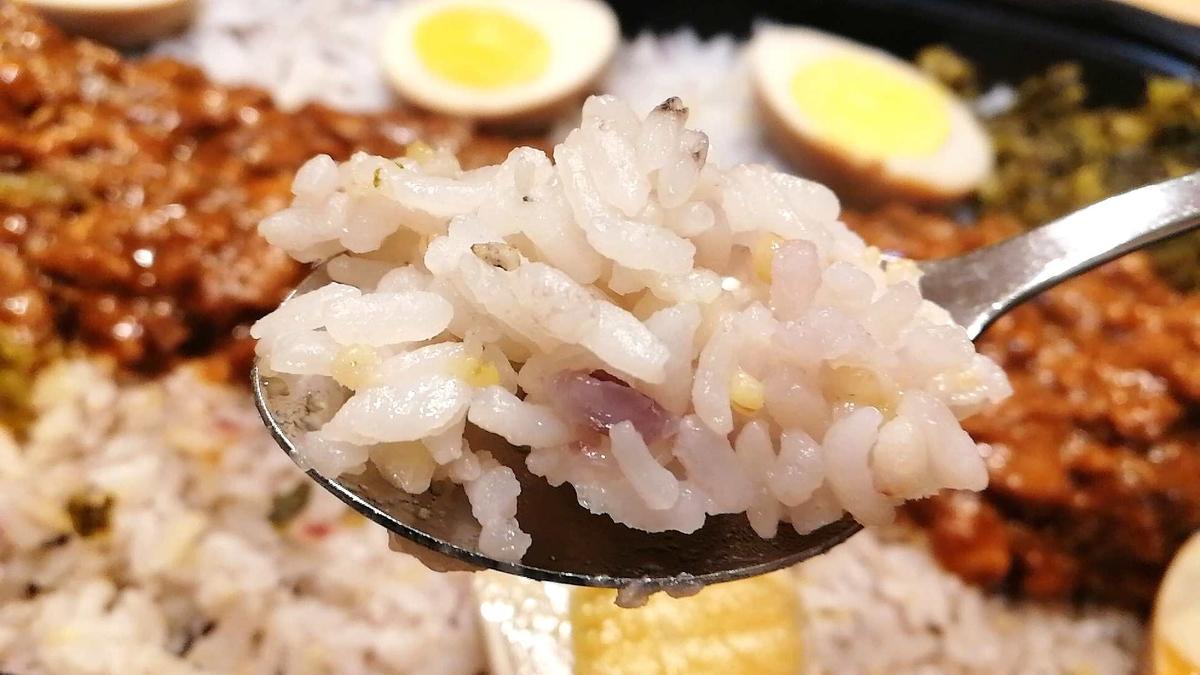 コストコのルーローハンは16穀米が香ばしい。