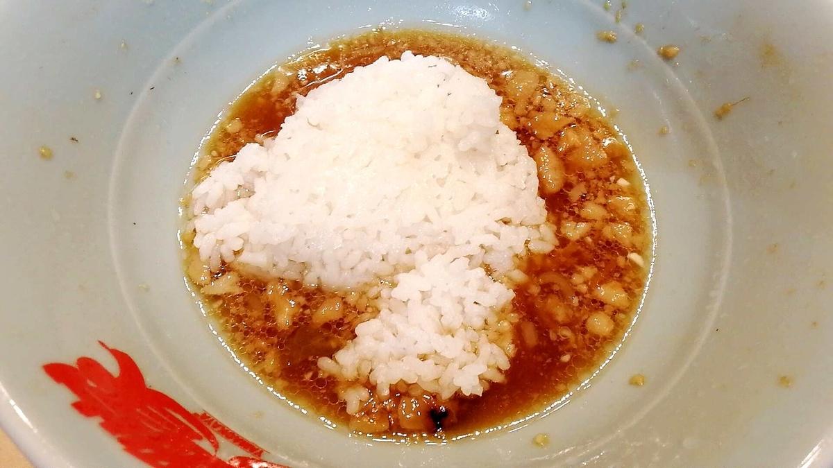 二郎系ラーメンのスープにライス入れるの美味すぎw