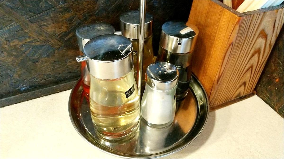 激辛ラーメン「路山」の卓上調味料。唐辛子油だと・・・?
