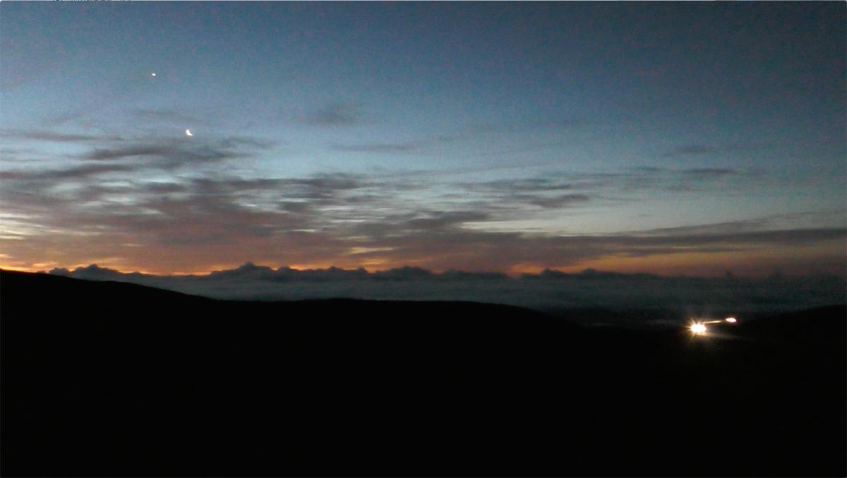 夜明け前の山頂付近(夜空に月が光っている)