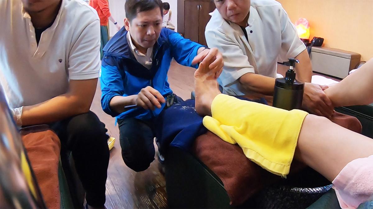 足裏の角質除去の施術中