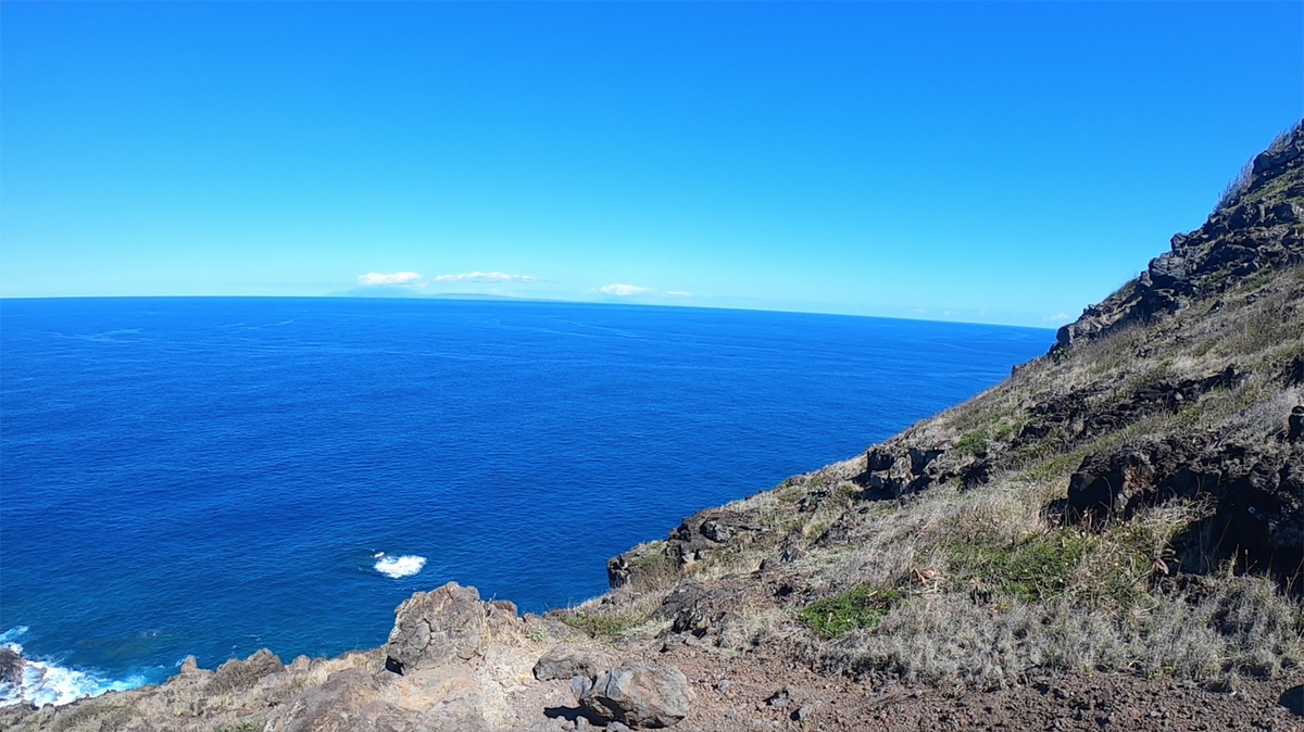 水平線奥にうっすらと離島が見える