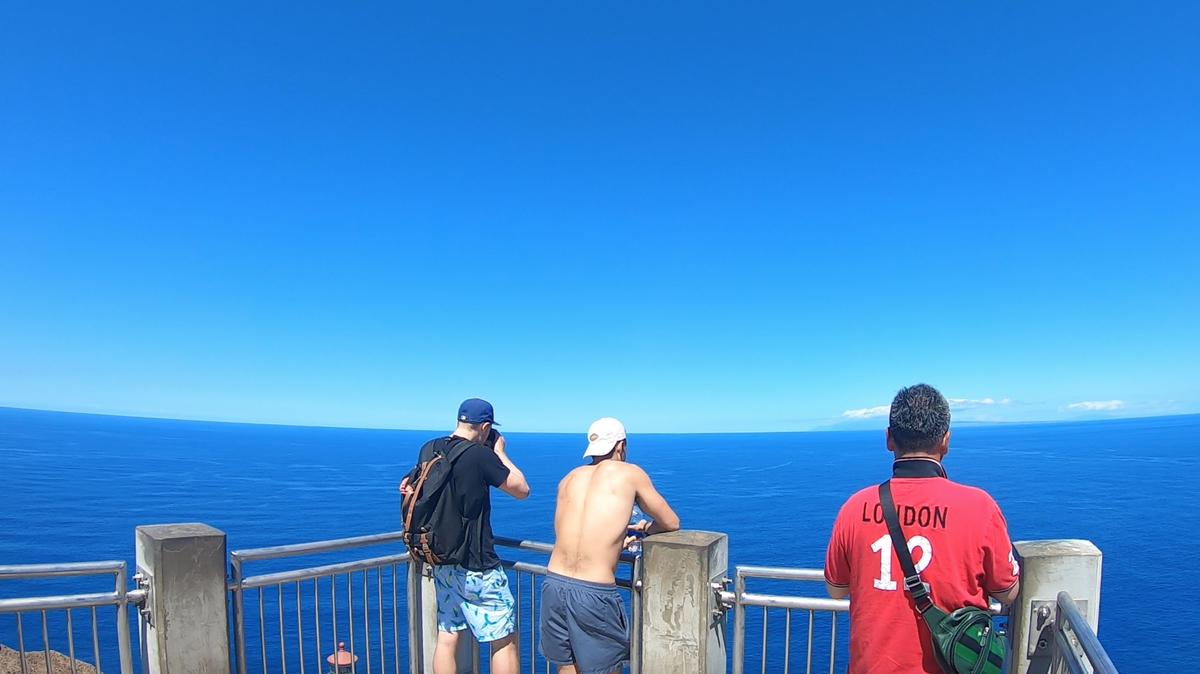 ブルーが眩しい展望台上からの風景