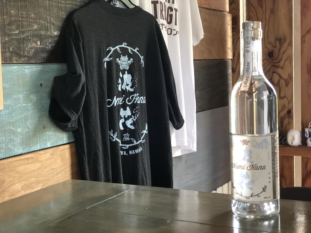 購入した焼酎とディスプレイされたTシャツ