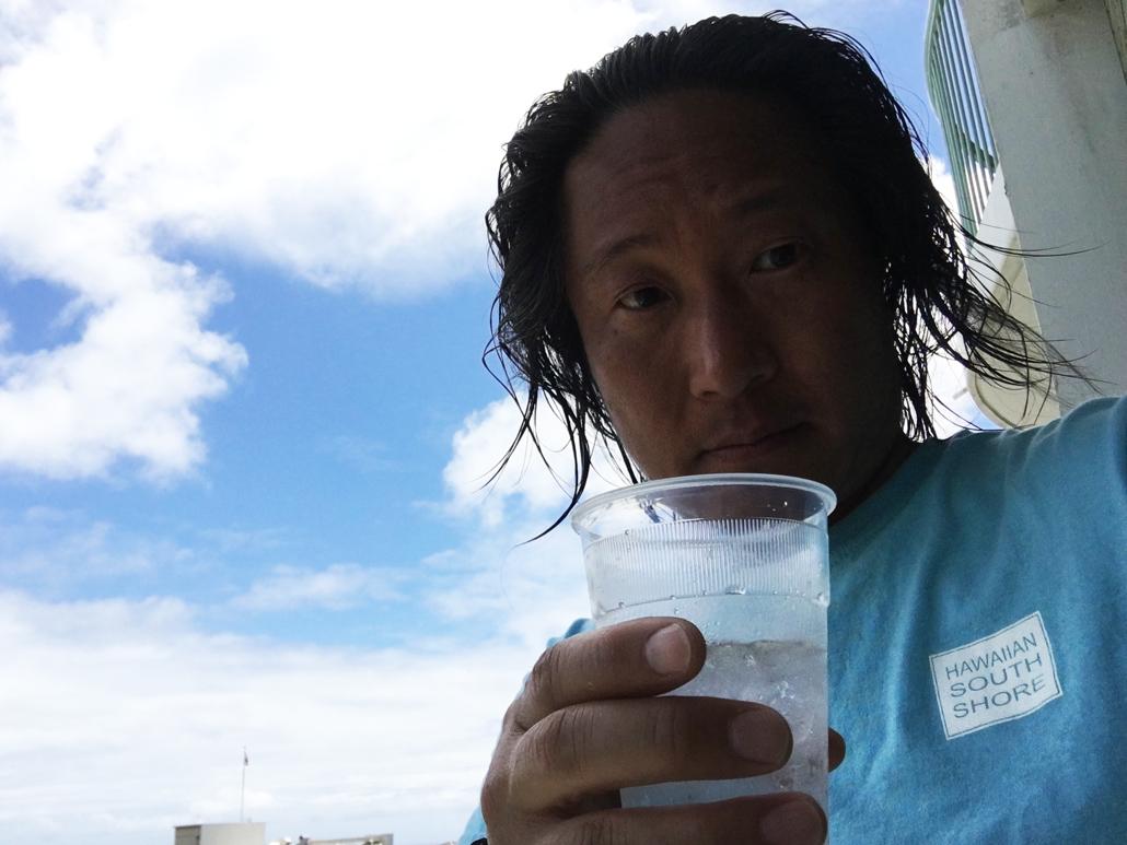 サーフィン上がりにラナイで一杯