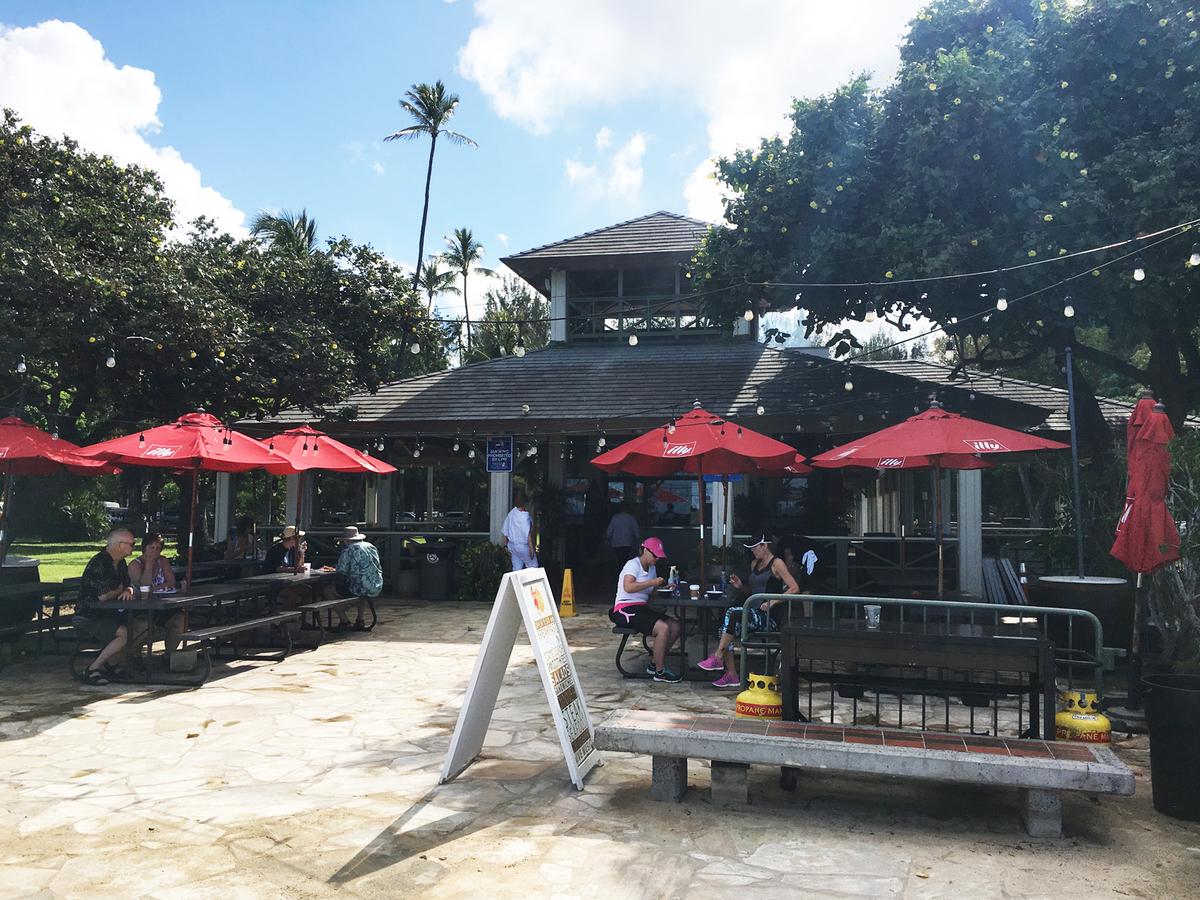 オープンな雰囲気の「ベアフット ビーチカフェ」