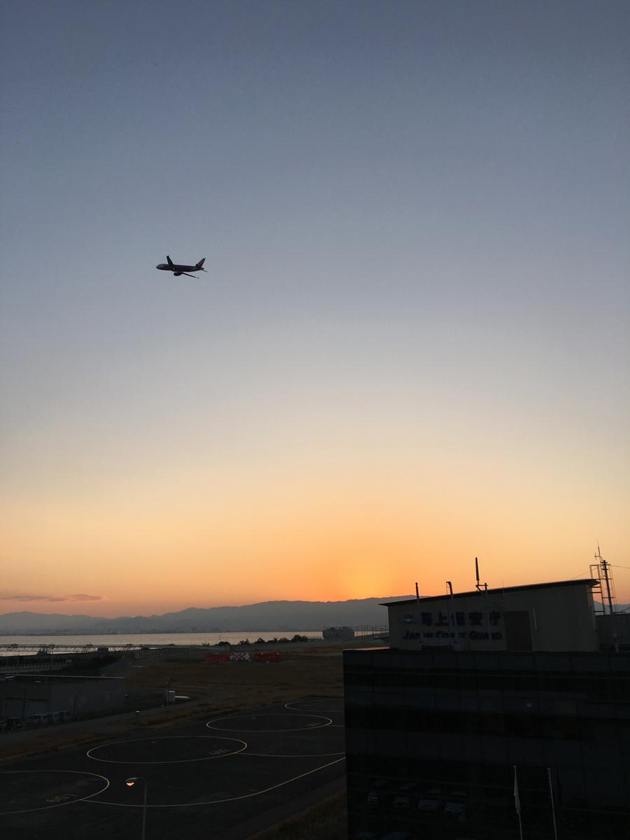 日の出前、関空からのフライトの様子
