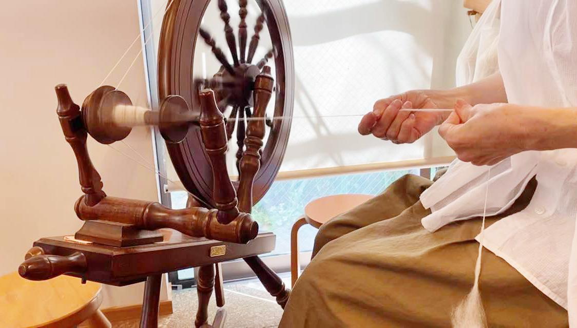 アルパカの毛を紡ぐ糸車