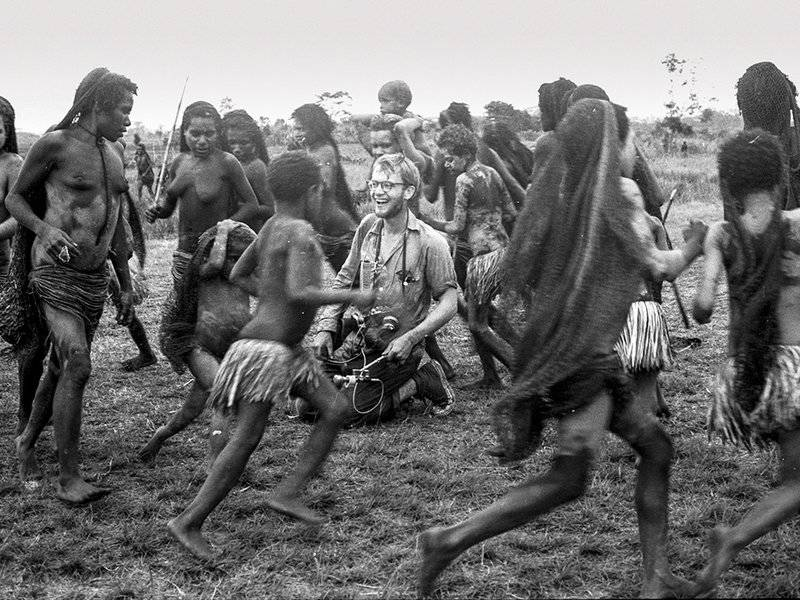 アスマト族に囲まれるマイケル