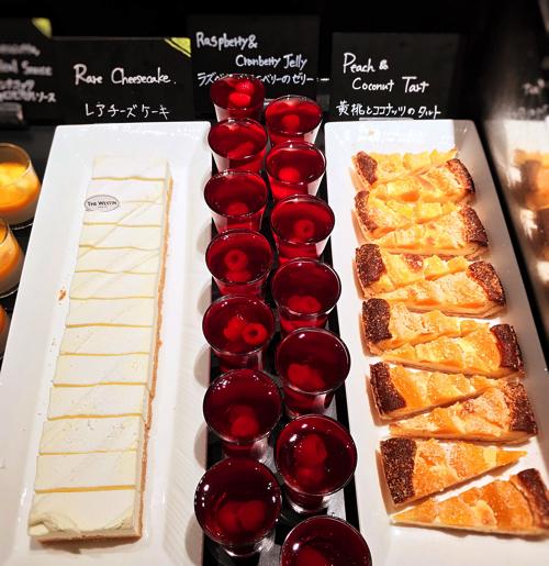 ザ・テラス2018年6月チーズデザートブッフェ「アトリエコーナー」黄桃とココナッツのタルト、ラズベリーとクランベリーのゼリー、レアチーズケーキ*