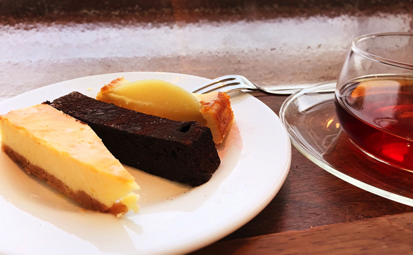 ベイクドチーズケーキ、クラシックガトーショコラ、白桃のタルト