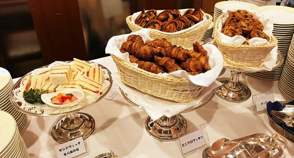 ミレフォリア デザートバイキングのブッフェ台(軽食類)