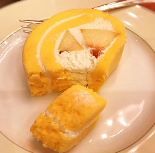 ミレフォリア「まるごともものロールケーキ断面」