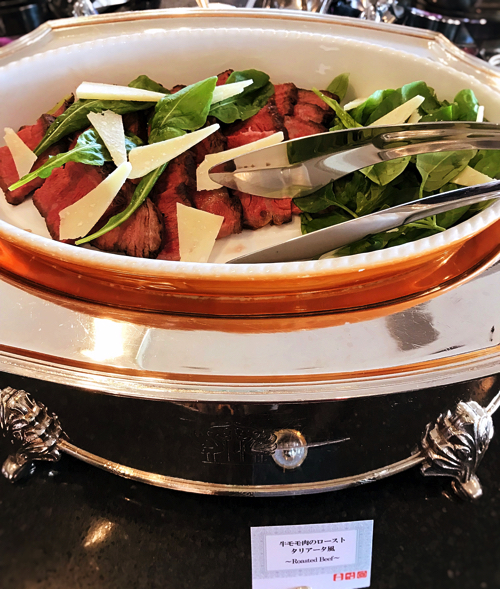 ル・ノルマンディ サマーランチビュッフェ『チーズ チーズ チーズ』ブッフェ台の様子(牛モモ肉のローストタリアータ風)