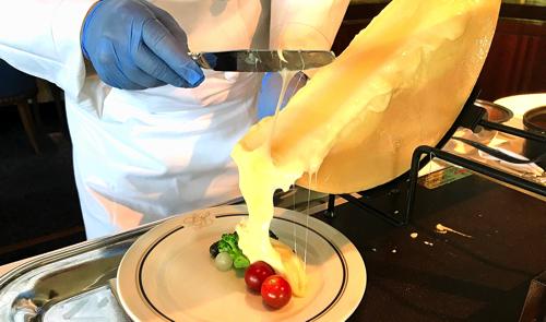 ル・ノルマンディ サマーランチビュッフェ『チーズ チーズ チーズ』実演メニューラクレットの様子
