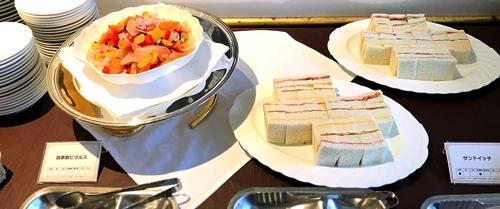 川崎日航ホテル 夜間飛行【トロピカルフルーツスイーツブッフェ】2018年7月の軽食の写真(ピクルス・サンドイッチ)