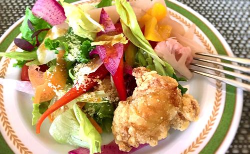 夜間飛行スイーツブッフェでのサラダのお皿