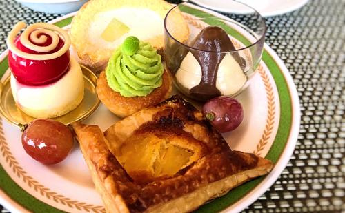 夜間飛行スイーツブッフェ「(実演)メロンのロールケーキ、ムースルージュ、ずんだモンブラン*、ライチとほうじ茶のムース、アナナスパイ」