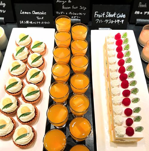 ウェスティンホテル東京「ザ・テラス」アトリエコーナー レモン風味のレアチーズタルト、マンゴーとパッションフルーツのゼリー、フルーツショートケーキ