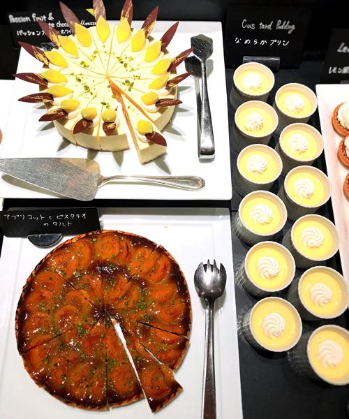 ウェスティンホテル東京「ザ・テラス」アトリエコーナー パッションフルーツとホワイトチョコレートのムース*、アプリコットとピスタチオのタルト、なめらかプリン