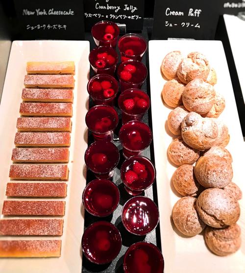 ウェスティンホテル東京「ザ・テラス」アトリエコーナー ニューヨークチーズケーキ、ラズベリーとクランベリーのゼリー、シュークリーム