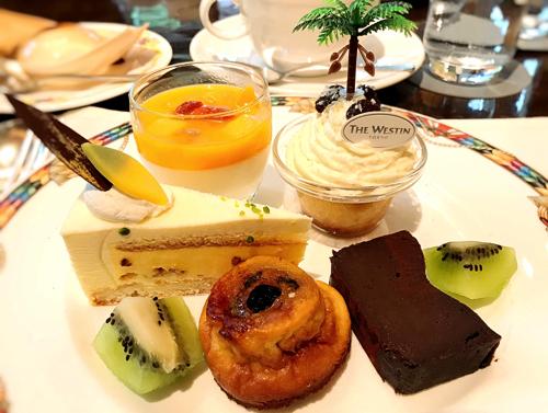 パンナコッタ*、ババオーラム*、パッションフルーツとホワイトチョコレートのムース*、ファーブルトン*、ガトーショコラ
