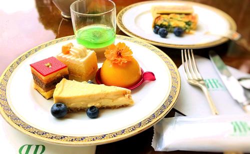 リーガロイヤルホテル東京 ガーデンラウンジ デザートビュッフェ「チョコミントのヴェリーヌ、トロピカルオペラ、マンゴーのショートケーキ、トロピカルムース、幸せのチーズケーキパッションフルーツ風味」