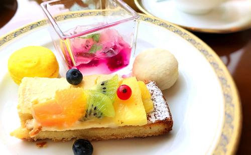 マカロン(ライチ、パインアップル)、ドラゴンフルーツとレモングラスのジュレ、トロピカルフルーツタルト