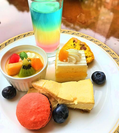 おかわりのお皿。3色のトロピカルゼリー、トロピカル・プリンアラモード、マンゴーのショートケーキ、幸せのチーズケーキパッション風味、マカロン、ナッツとスパイスのケーク・サレ
