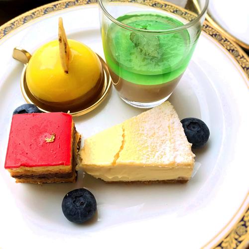 最後のお皿。バナナとミルクチョコレートのムース、チョコミントのヴェリーヌ、トロピカルオペラ、幸せのチーズケーキパッションフルーツ風味