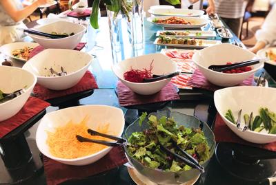 「ラ ヴェラ」サラダコーナーは基本&彩り美しい食材が並んでいます