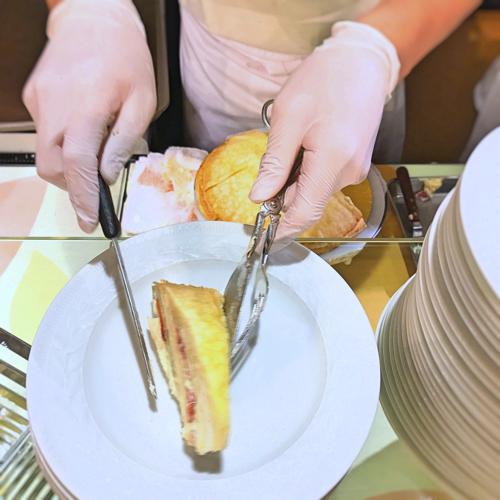 ソマーハウス ナイトタイムデザートブッフェ ミルクレープをお皿に乗せて下さいます
