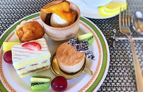 川崎日航ホテル 夜間飛行スイーツブッフェメニュー マロンシュー、秋のパフェ、ショートケーキ、ムースマロン