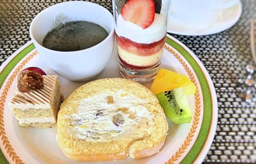 黒ゴマプリン、苺のグラス、マロンケーキ、実演メニュー さつまいものロールケーキ