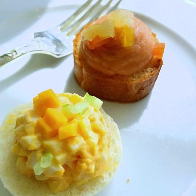 帝国ホテル アクア アフタヌーンティー サンドイッチ(チェダーチーズと卵、スコティッシュスモークサーモンとカクテルフルーツ)