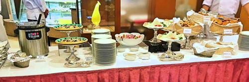 京成ホテルミラマーレ【ミレフォリア】甘い誘惑!スイーツの祭典 デザートバイキング 軽食ブッフェ台の様子