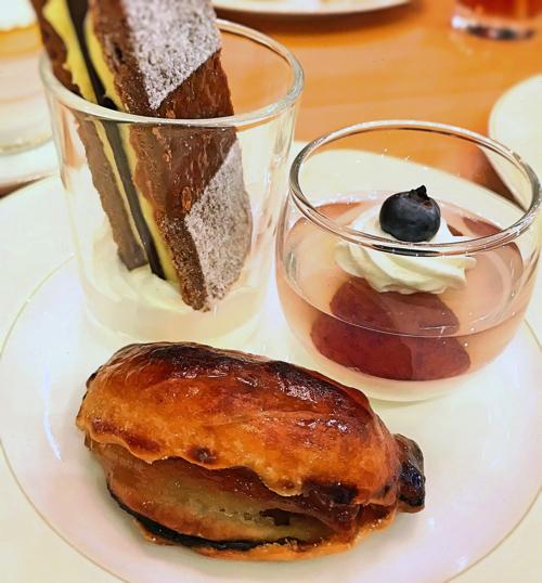 ミレフォリア デザートバイキング ミルフィーユ、ぶどうゼリー、アップルパイ
