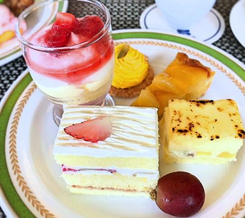 夜間飛行 スイーツブッフェ 苺のグラス、カボチャのモンブラン、タルトポワール*、苺のショートケーキ、秋のショートケーキ