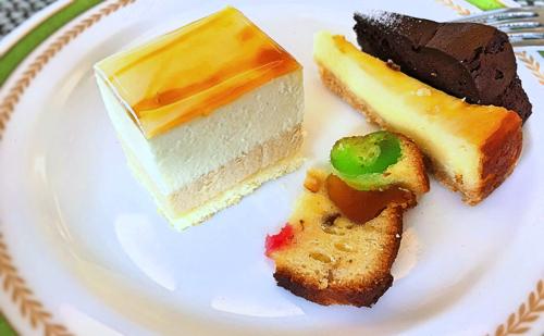 夜間飛行 スイーツブッフェ キャラメルブランサタン、クラシックショコラ、ベイクドチーズケーキ、フルーツケーキ*