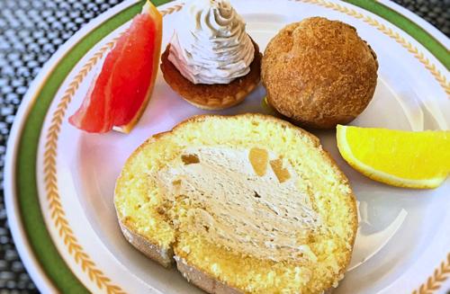 夜間飛行 スイーツブッフェ シューポティロン、おかわりの実演ロールケーキと栗のモンブラン