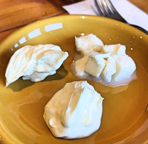 甘い系リコッタチーズ以外の3種類をまずはそのまま味わいます