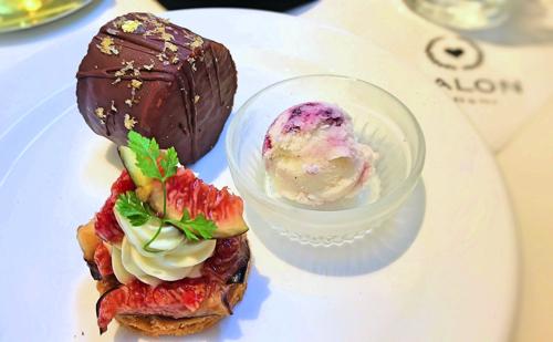サロン ベイク&ティーのオーダーブッフェ「タルト・オ・フィグ、ダックワーズ、マーブルアイス」