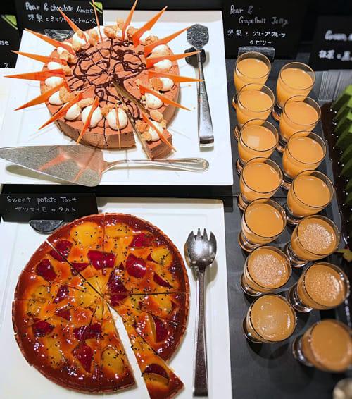 ザ・テラス2018年11月デザートブッフェアトリエコーナー「洋梨とグレープフルーツのゼリー、洋梨とミルクチョコレートのムース*、サツマイモのタルト」