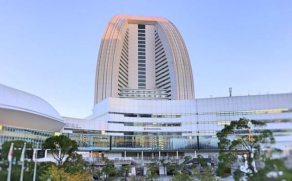 ヨコハマグランドインターコンチネンタルホテル。海に浮かぶヨットの白い帆をイメージしたホテル外観は、みなとみらいのシンボル的存在感