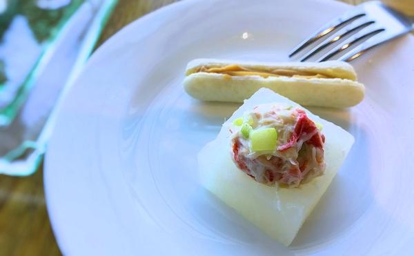 マリンブルー アフタヌーンティーメニュー「大根ケースに入ったズワイ蟹のサラダ ・フォアグラムースのマカロン」
