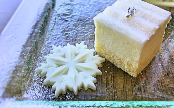 マリンブルーアフタヌーンティーのスイーツ「シトロンムースと飾りのホワイトチョコレート」
