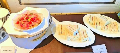 夜間飛行 スイーツブッフェ 軽食メニュー ピクルスとサンドイッチ