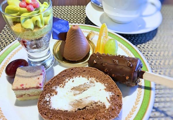 夜間飛行 スイーツブッフェ ベリーニピスターシュ、ショコラノアール、ショコララズベリー、チョコレートノロールケーキ(実演)、アイスキャンディー風ショコラ
