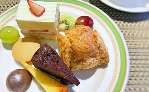 夜間飛行 チョコレートスイーツブッフェ 苺のショートケーキ、キャラメルクッキーサンド、パイシュー、ボンボンショコラ*、ベイクドチーズケーキ、クラッシックショコラ*